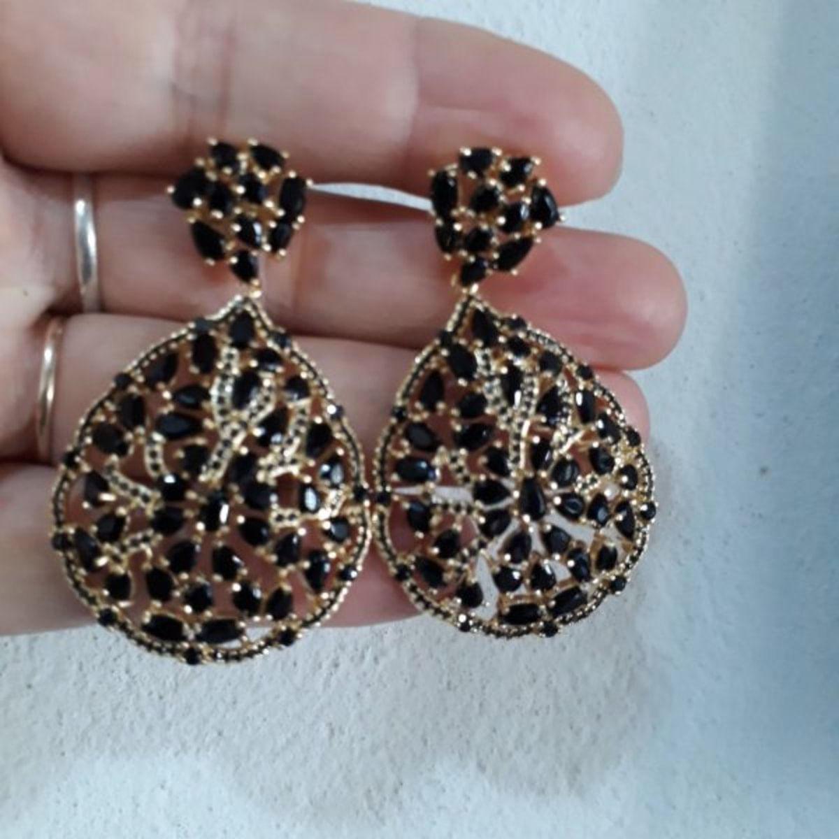 Brinco Festa Luxo, Gotas De Zircônia Preta Cravejado Em Microzircônias, Banhado A Ouro